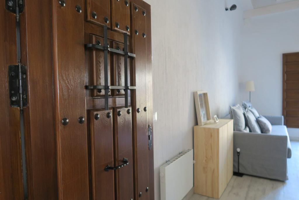 mirando_a_cuenca_apartamento_turistico_cuenca_casco_antiguo_entrada_puerta